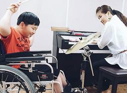 혼자 힘으로 휠체어를 밀고 싶은 민혁이